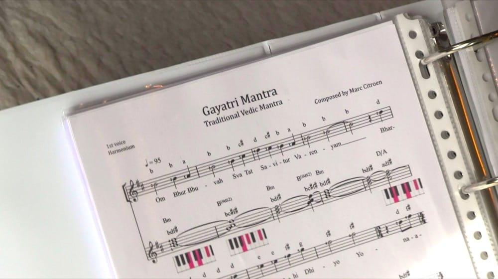 Sheetmusic with diagram of the harmonium keys